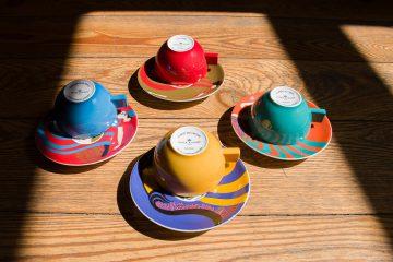 Quatro chávenas de porcelana da marca Vista Alegre.