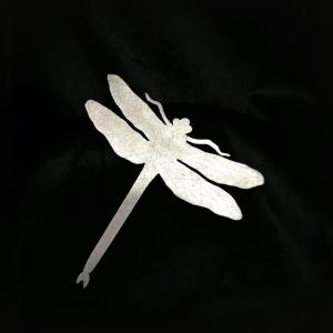 Pregadeira libélula, em bronze com banho de ródio.