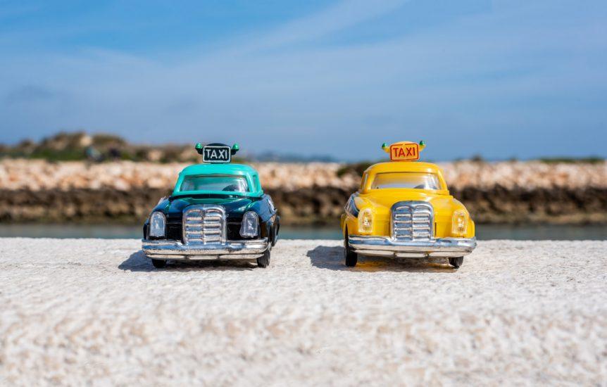 Brinquedos de lata. Miniaturas de táxis antigos